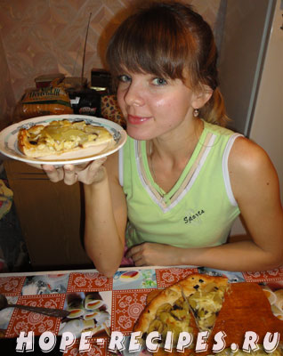 Кусочек пиццы в руках Юли
