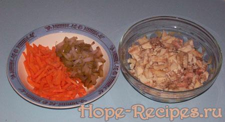 Морковь, огурцы и рыба для супа