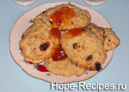 Готовое овсяное печенье с изюмом