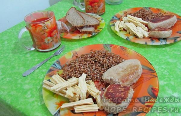 Второй сытный завтрак - гречка с рыбными котлетами и салатом из спаржи