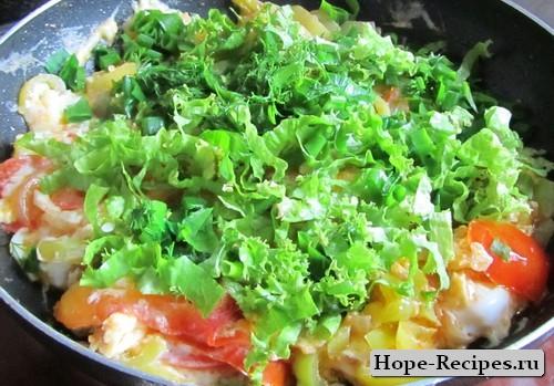 Яичница с овощами и зеленью