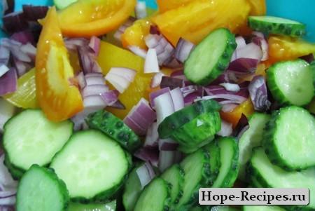 Салат из жёлтых помидор, красного лука и огурчиков