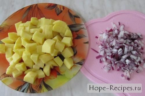 Закладываем картофель в кипящую воду