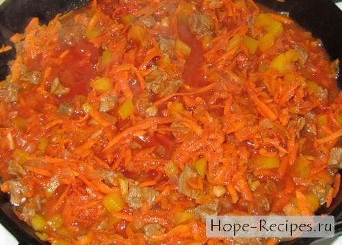 В соус добавляем морковь и томатную пасту