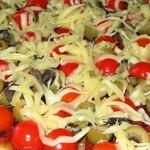 Пицца по-итальянски с пепперони сыром и помидорами черри
