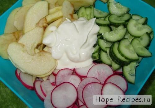 Простой салат со свежими овощами и варёным рисом