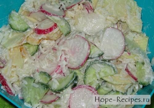 Салат заправляем сметаной и перемешиваем
