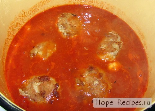 Тефтели томятся в томатном соусе