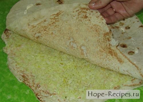 Выкладываем рис на смазанный майонезом лаваш