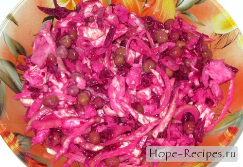 Простой салат с варёной свеклой и свежей капустой