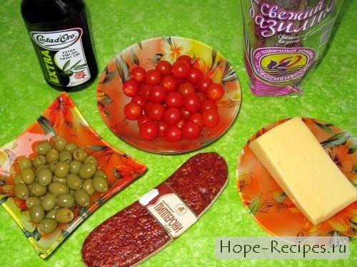 Пепперони, помидоры черри, свежий базилик, сыр, оливки и масло