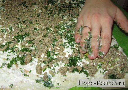 Слой сыра перемежается со слоем мясного фарша