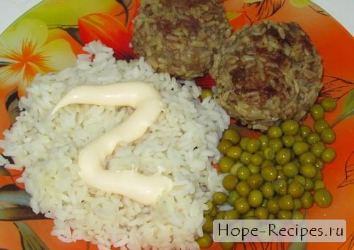 Гарнируем тефтели с рисом зелёным горошком