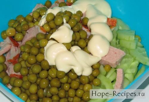 Вкусный салат с горошком и ветчиной