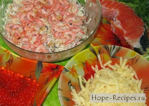 Смешиваем продукты в салатнике