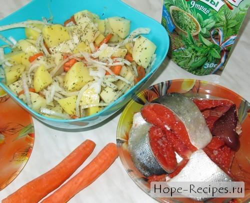 Слегка маринуем рыбу и овощи с солью и пряными травами