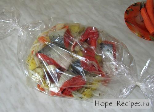 Складываем овощи и рыбу в рукав для запекания
