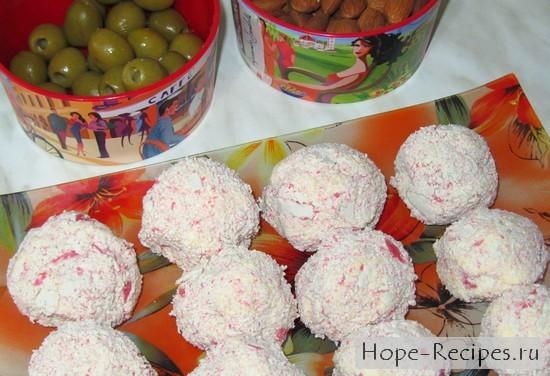 Сырные шарики, оливки и орешки