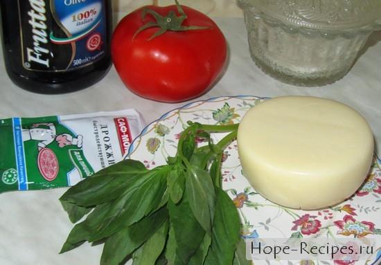 Моцарелла, помидоры и базилик