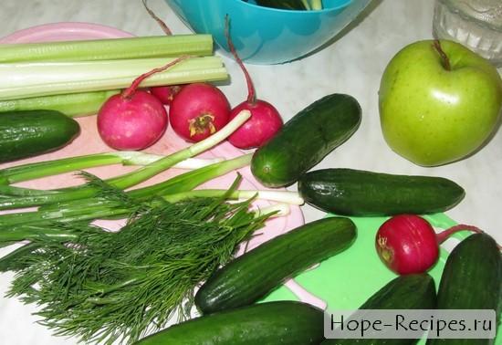 Окрошка с редисом, огурцами, сельдереем, зеленью и яблоком