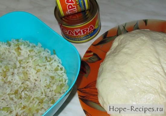 пирог с рисом и консервированной рыбой