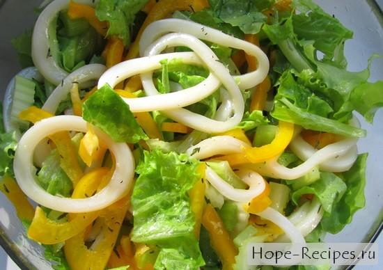 Кальмары в компании свежих овощей