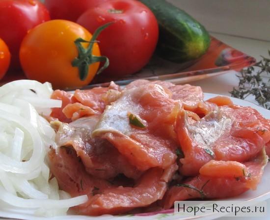 Готовим салат из овощей, лука и соленой рыбы