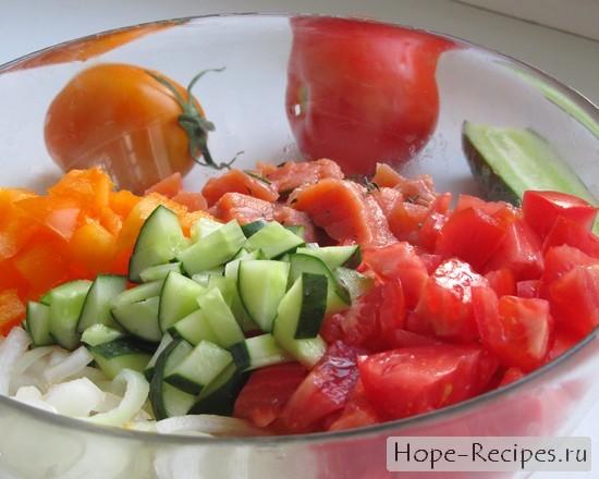 Огурчик, маринованный лук, помидоры и красная рыбка