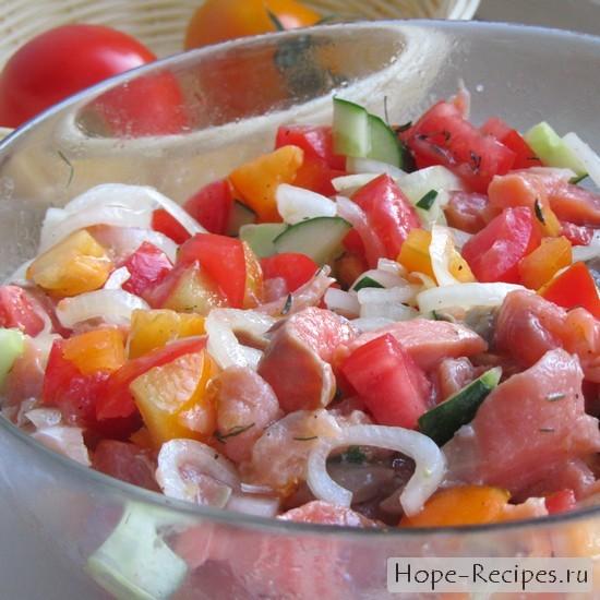 Салат с красной рыбой и овощами
