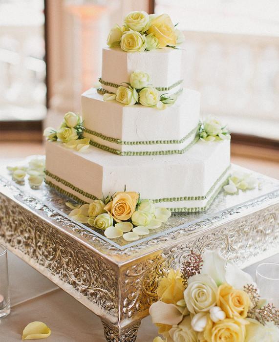 Свадебный торт украшенный цветами