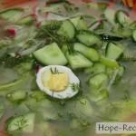 Зеленая легкая окрошка с перепелиными яйцами