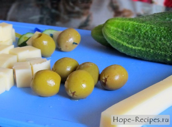 Вкусная закуска из сыра, огурца и оливок