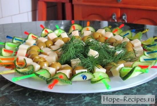 Маленькие закусочные канапе с сыром и оливками