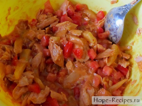 Тунец с ананасом в томатном соусе и помидоры