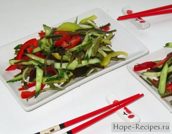Готовый салат с папоротником, овощами и морской капустой