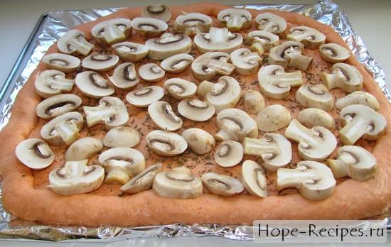 Начинаем печь пиццу с грибами