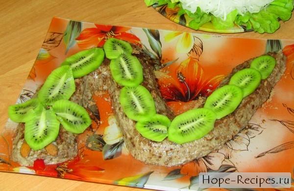 Охлаждённый банановый десерт в виде змеи