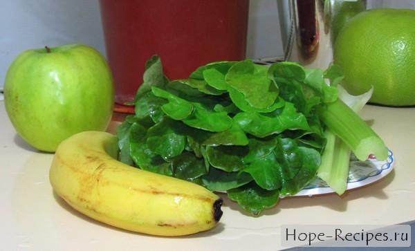 Зелёный коктейль со свежим салатом и фруктами