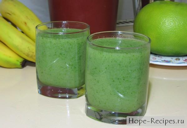 Витаминный коктейль из яблок сельдерея, зелени и бананов