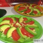 Яркий и вкусный салат с авокадо