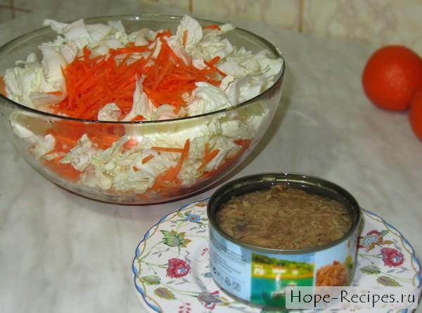 Сочный салат с тунцом и пекинкой