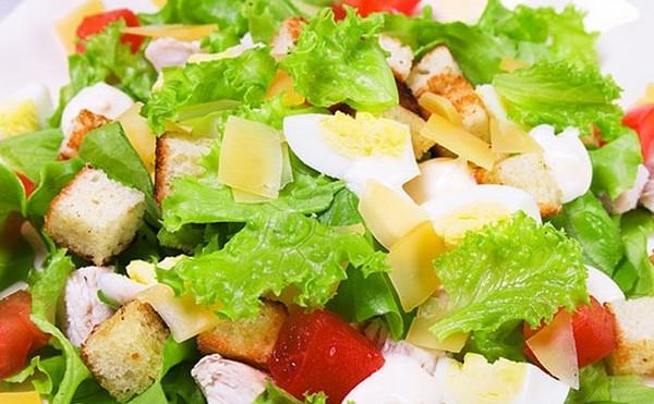Готовим салат Цезарь с курицей и пекинской капустой по рецепту