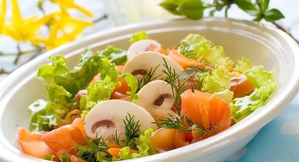 Салат с рыбой или печеным перцем на обед