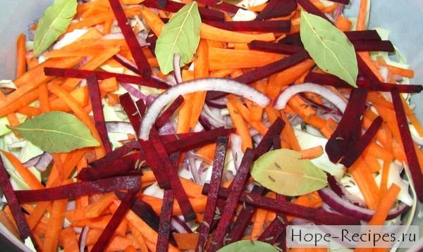 Квасим капусту без соли с добавлением свеклы и моркови