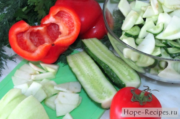 Салат из помидоров и огурцов с зеленью