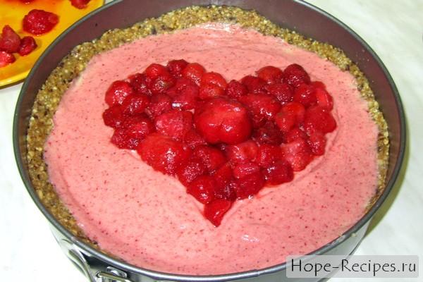 Торт Романтическое сердце с клубникой