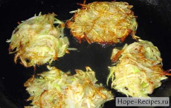 Жареные драники из кабачков и картофеля