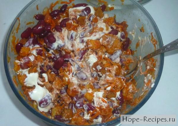 Салат из моркови с фасолью и сухариками
