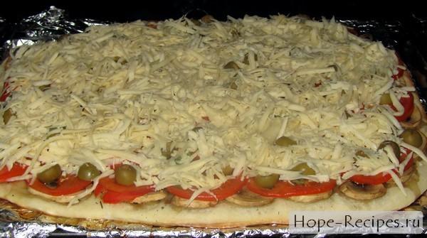 Вкусная пицца с помидорами грибами и сыром