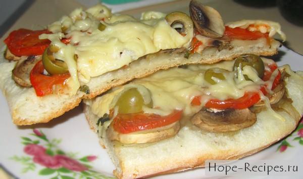 Пицца со свежими шампиньонами и помидорами